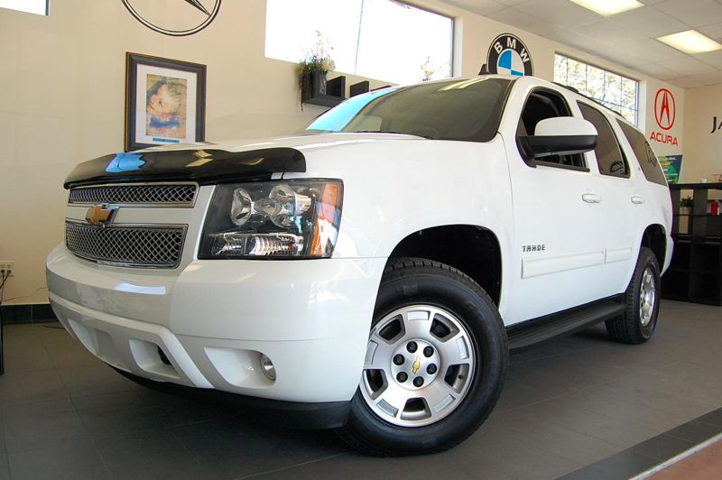 2012 Chevrolet Tahoe LT 4x4  4dr SUV 6 Speed Auto White Black This LT model comes with a ton of