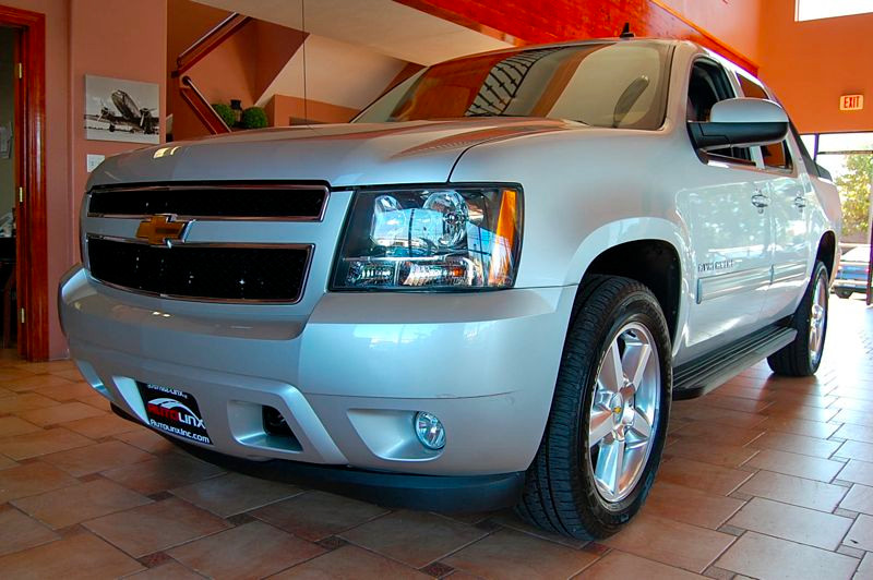 2010 Chevrolet Avalanche LT 4x4  4dr Pickup 6 Speed Auto Silver Black 6-Speed Automatic and 4WD