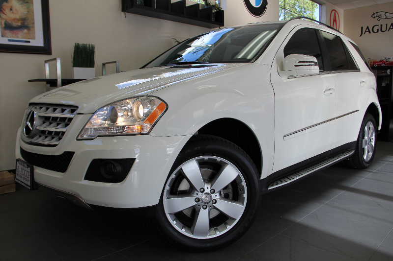 2011 MERCEDES M-Class ML350 4dr SUV Automatic White Black This is a beautiful SUV for the famil
