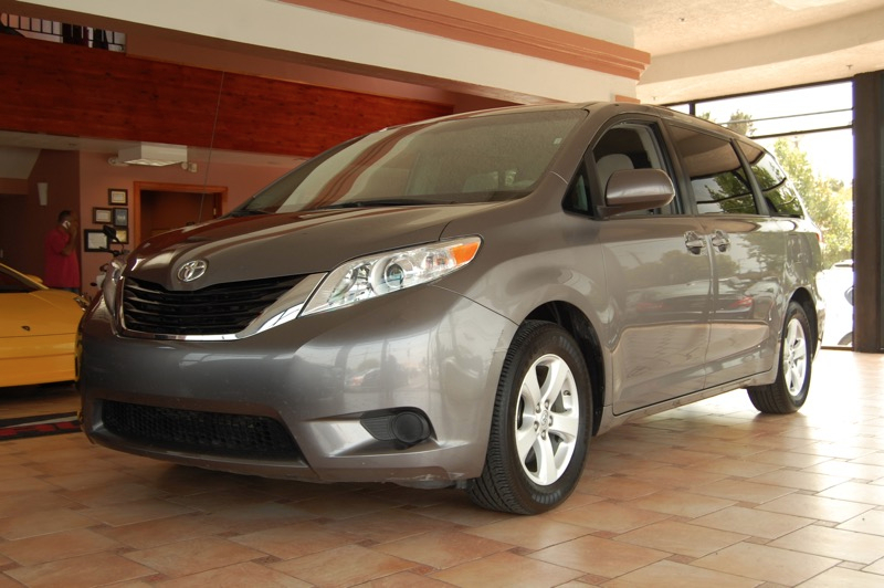 2014 Toyota Sienna LE FWD 8-Passenger V6 5-Speed Automatic Gray Gray Dont let the miles fool yo
