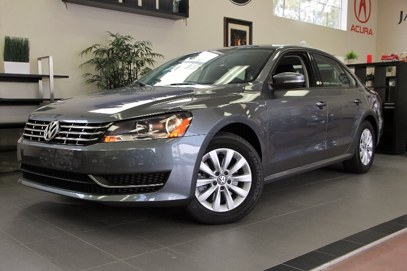 2014 Volkswagen Passat S PZEV 4dr Sedan 6 Speed Auto Gray Black This is a beautiful vehicle in