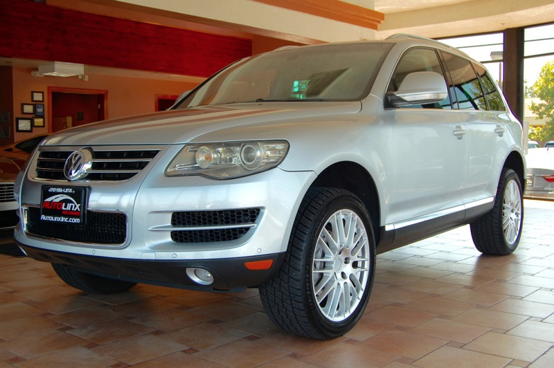 2008 Volkswagen Touareg V8 FSI 6-Speed Automatic Silver Black 42L V8 DOHC and Leather 4X4 Si