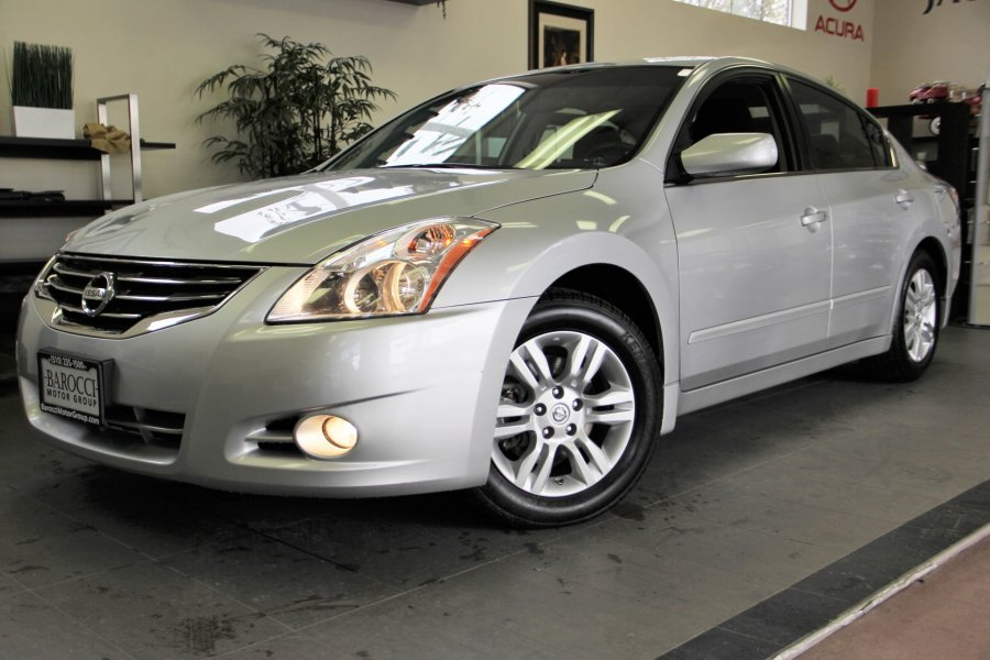 2012 Nissan Altima 25 S 4dr Sedan Automatic CVT Silver Black This is a fantastic Altima with A