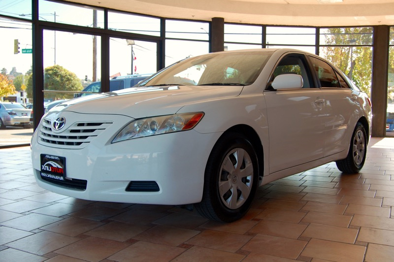 2007 Toyota Camry CE 5-Spd AT 5-Speed Automatic White Gray Dont wait another minute Best color