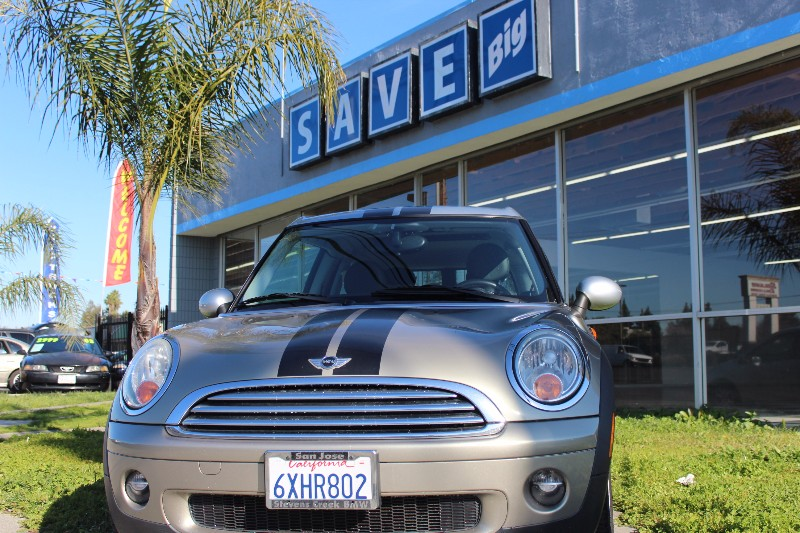 2009 Mini Clubman Base 6-Speed Automatic  Silver Black This is a beautiful vehicle in great con